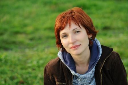 Vonzó vörös hajú nő mosolyogva boldog headshot