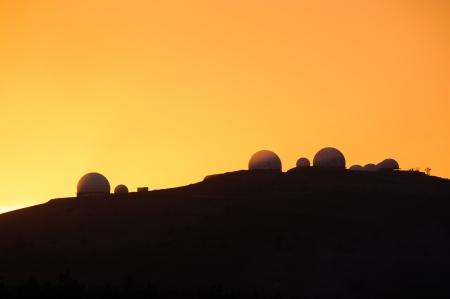 observational: Imagen de los paisajes con la silueta de observatorio astron�mico al atardecer Foto de archivo