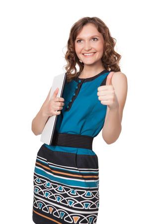 흰색 배경에 대해 노트북과 포즈 행복 한 젊은 여자의 초상화