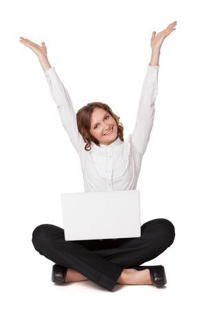 흰색 배경 위에 격리 그녀의 노트북 앞에 앉아 꽤 젊은 여자의 초상화 스톡 콘텐츠