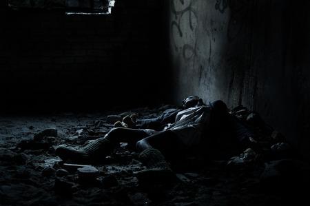 Dode vrouw liggend op de vuile vloer in een hoop rommel in de kelder