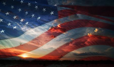 julio: EE.UU. bandera en el fondo de la salida del sol