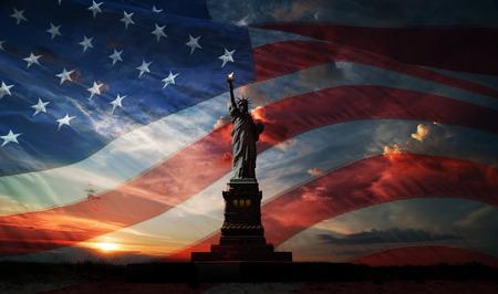 Standbeeld van Liberty op de achtergrond van de vlag usa en zonsopgang Stockfoto - 28648160