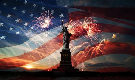 Standbeeld van Liberty op de achtergrond van de vlag usa, zonsopgang en vuurwerk Stockfoto - 28648161