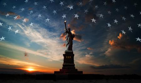 Standbeeld van Liberty op de achtergrond van de vlag usa en zonsopgang Stockfoto - 28649041