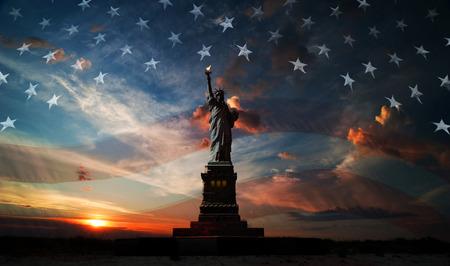 Standbeeld van Liberty op de achtergrond van de vlag usa en zonsopgang