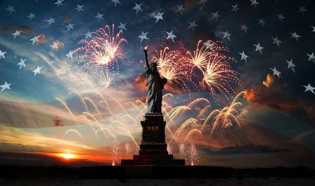 Vrijheidsbeeld op de achtergrond van de vlag van de vs, zonsopgang en vuurwerk