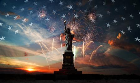 Statue of Liberty op de achtergrond van de vlag de vs, zonsopgang en vuurwerk