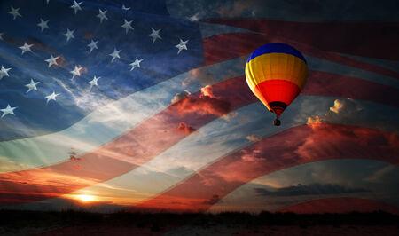 미국 국기의 배경에 일출 비행하는 다채로운 풍선