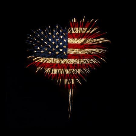 검정색 배경에 미국 국기와 심장 모양의 불꽃 놀이
