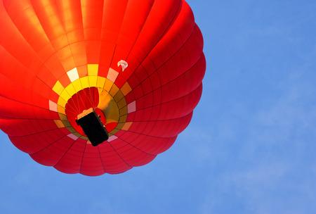 배경 푸른 하늘에 뜨거운 공기 풍선입니다. 아래에서 보는 풍경