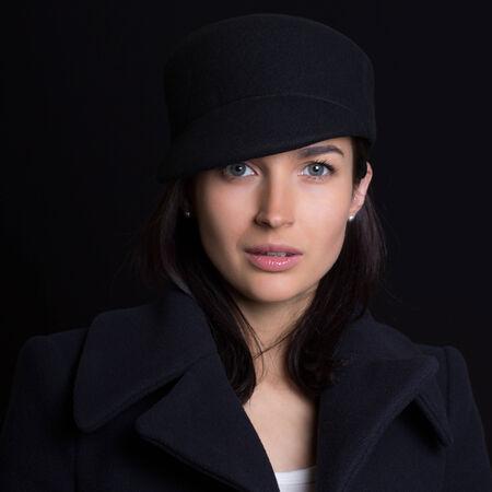 흰색 배경에 모자 매력적인 여자 스톡 콘텐츠