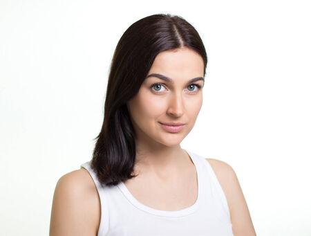 흰색 배경에 꽤 젊은 여자의 초상화