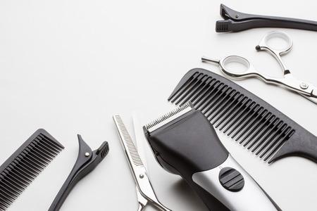 흰색 배경에 미용사의 전문적인 도구