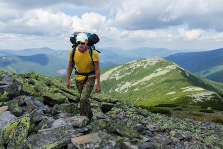 배낭과 산에서 하이킹하는 남자