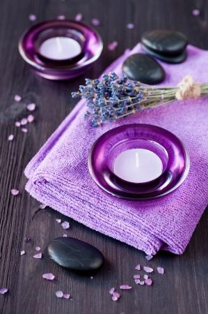 Zen stenen, kaarsen en lavendel voor de spa. Stockfoto