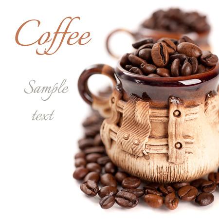 Koffiebonen in een kop met het monster tekst