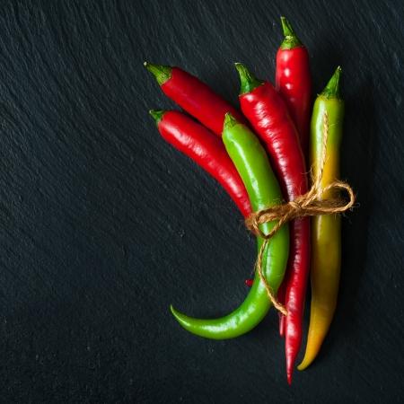 Hot chili peper op een lei schoolbord
