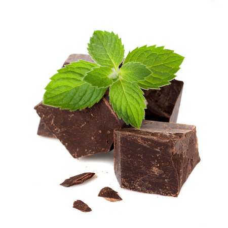 Close-up van een donkere chocolade met munt