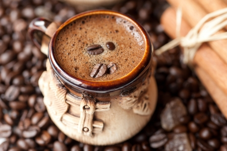 kopje koffie met koffiebonen Stockfoto