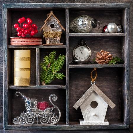 orologi antichi: Decorazioni di Natale: orologi antichi, Birdhouse, slitta di Babbo Natale e giocattoli di Natale in una scatola di legno d'epoca