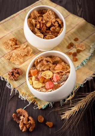 frutos secos: Granola (muesli) con nueces y frutas secas. Foto de archivo