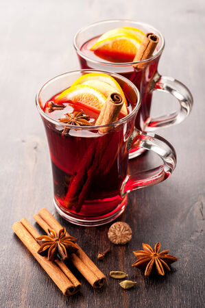 gluhwijn: Hot wine (mulled wine) with spices Stockfoto