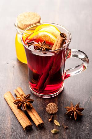 vin chaud: Vin chaud avec du miel et les �pices dans une tasse de verre Banque d'images
