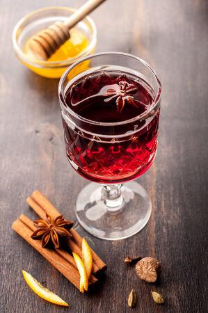 vin chaud: Vin chaud avec du miel et des �pices