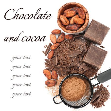 Csokoládé, kakaóbab és kakaóport fehér alapon