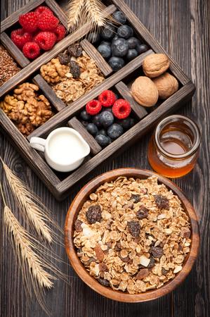 Egészséges reggeli müzli, müzli. Méz, dió, áfonya, málna, tej. Stock fotó