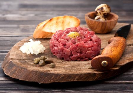 alcaparras: Steak tartare con alcaparras y cebollas frescas