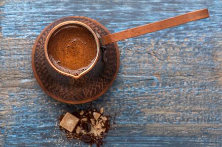 Kávé a kávéskannát kék fa háttér Stock fotó