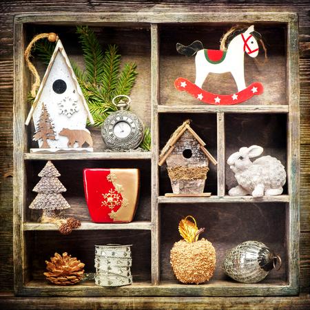 orologi antichi: Collage di Natale con decorazioni natalizie. Orologi antichi, cavallo a dondolo e giocattoli di Natale. Stile Retr�.