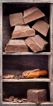 Fekete csokoládé és a kakaó babot egy vintage doboz. Élelmiszer háttér Stock fotó