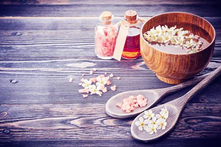 Spa. Aromatherapie essentiële oliën, bloemen, zeezout. Spa set Stockfoto