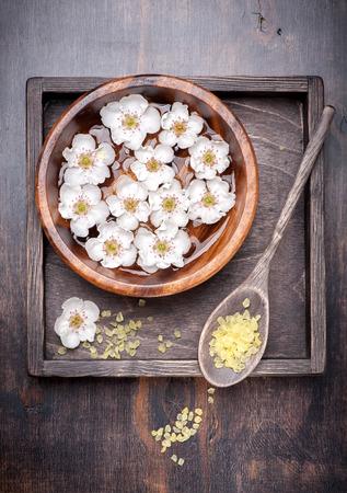 Manikűr. SPA. Testápoló. Virágok tál vízzel és tengeri só Stock fotó