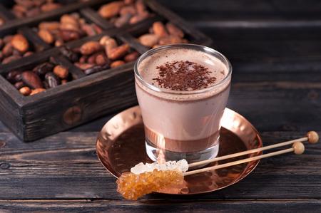 cacao drankje of een warme chocolademelk en cacaobonen Stockfoto