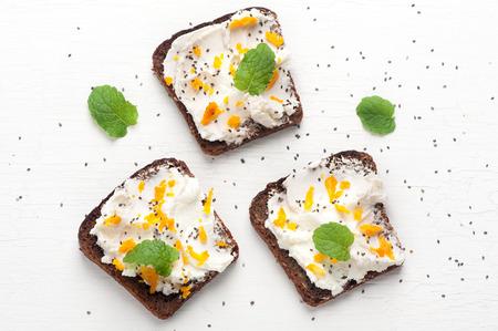 queso de cabra: Bruschetta con queso de cabra, miel y semillas de chía. vista superior