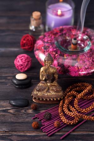 Spa aromatherapie meditatie. Boeddhabeeld, etherische oliën, wierook stokken en stenen massage
