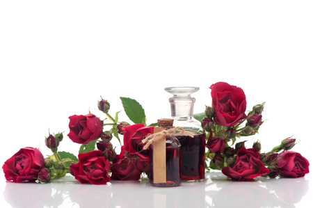 Rozenolie en roze bloemen. Spa en aromatherapie
