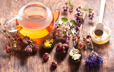 Kruidenthee met honing, kruiden en bloemen, kruidengeneeskunde.