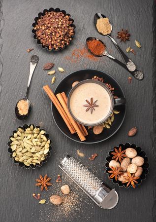 Indiase masala thee en specerijen. Thee met melk en kruidig