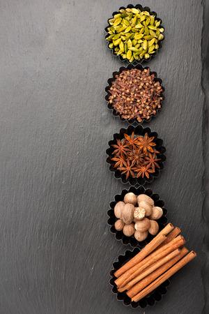 especias: Especias para hornear. Picante en un fondo de piedra