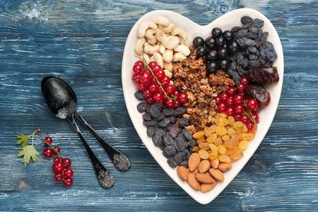 bessen, noten, muesli, gedroogde vruchten. Super eten voor een gezond ontbijt. bovenaanzicht Stockfoto