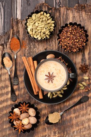 Indiai masala chai fűszerekkel. Tea tejjel és fűszeres