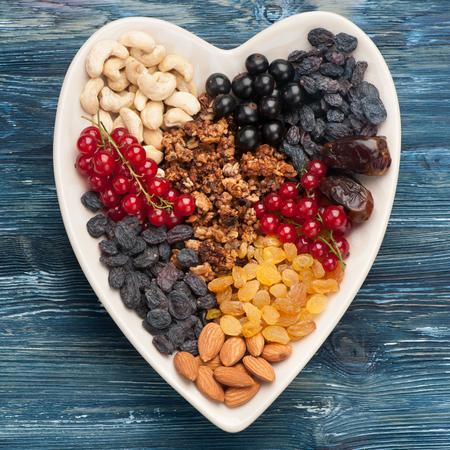 frutos secos: bayas, nueces, granola y frutos secos