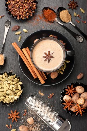Indian Chai en specerijen. Thee met melk en kruidig Stockfoto