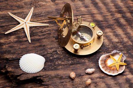 reloj de sol: Reloj de sol viejo con el fondo del mar brújula