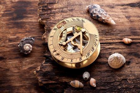 reloj de sol: Reloj de sol viejo con el compás